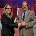 Laure Cubaynes (GFS de Clermont-Ferrand), lauréate du 51<SUP>e</SUP> Concours national de la commercialisation dans la catégorie bac + 4/5 et Jacques Benn, président national des DCF.