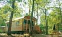 Dormir dans une roulotte dans les campings Huttopia, c'est possible.