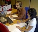 Une téléconseillère (à droite) coaché par son manager (à gauche).