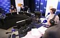 Épaulés par un journaliste, les conseillers client Orange enregistrent une émission dans les studios d'Europe 1.