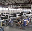 Le centre de tri UPS de Saint-Ouen (Seine-Saint-Denis) s'apprête à accueillir des étudiants en commerce pour une visite de l'entrepôt.