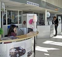 Une secrétaire après-vente à l'accueil d'une concession Fiat