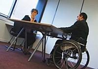 Au début de la vidéo, Samir passe un entretien de recrutement.