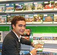 Courant 2012, un commercial Smartbox peaufine la présentation des coffrets en magasin.
