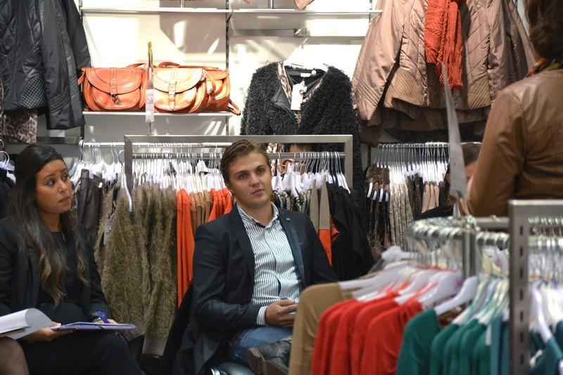 Jacqueline riu forme ses vendeurs avant de les recruter - Une boutique dans mon salon marque ...