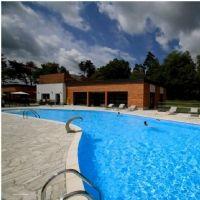 La piscine du Domaine des Monédières, qui a revu en janvier son offre B to B.