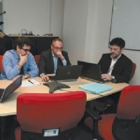 Christophe Goigoux, directeur commercial de NextiraOne, (au centre) se prête à une séance de réflexion avec ses principaux managers.