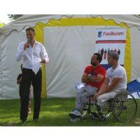 Deux tennismen, médaillés olympiques, en fauteuil roulant, sont invités à un événement interne de Facilicom, qui souhaite encourager l'intégration des personnes handicapées.