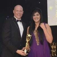Selina Johal recevant le Bristish excellence in sales and marketing (Besma)