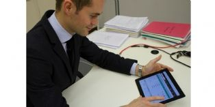Alexis Skrobek, chargé de mission à la direction commerciale de Manuloc, teste le nouveau CRM sur tablette.