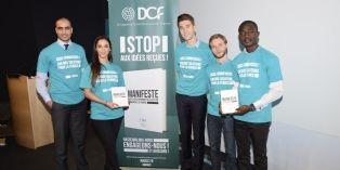 Assile Omar, chef de projet JCDecaux(à gauche) et des étudiants de l'école Novancia engagés pour la promotion du Manifeste pour le développement de la culture commerciale.
