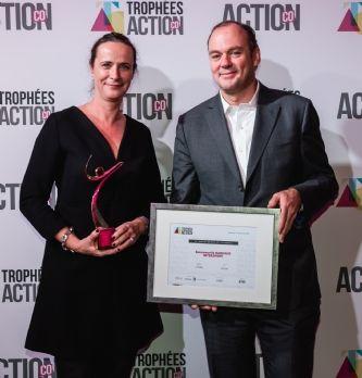 [Trophées Action Co 2016] Emmanuelle Bahuaud, (Intersport) reçoit le Trophée Bronze du manager commercial de l'année 201...