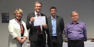 Un commercial de Brother lors de sa remise de diplôme, entouré de son directeur commercial et de formateurs Skema Business School