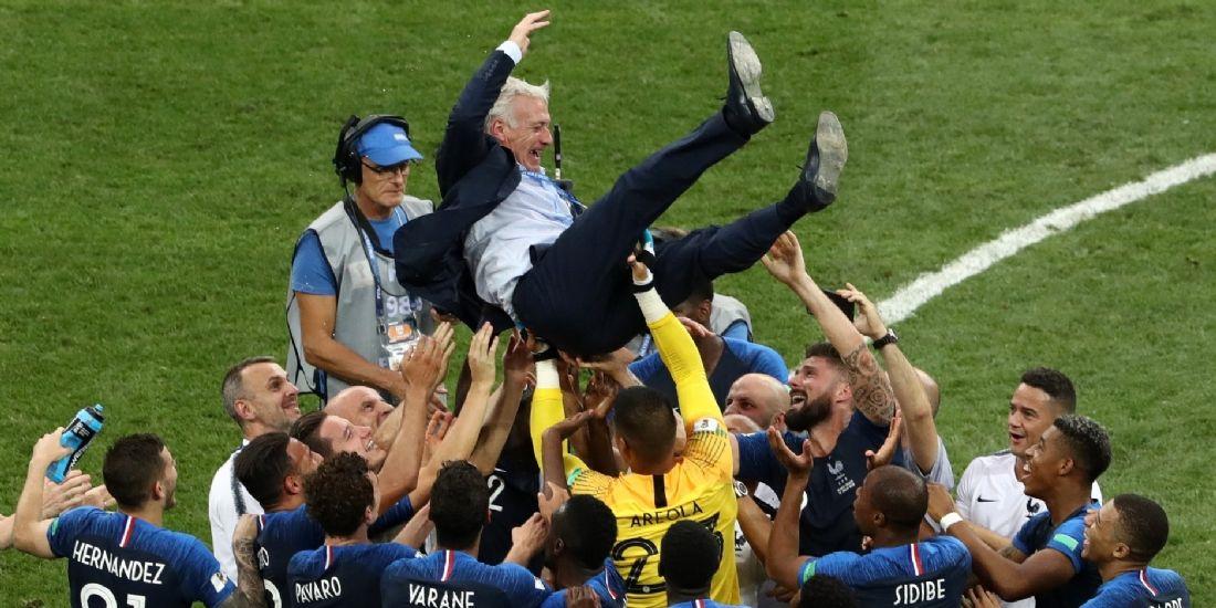 Didier Deschamps porté en triomphe après le sacre de l'Équipe de France de football en finale de la Coupe du monde 2018 face à la Croatie, le 15 juillet 2018.
